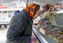 Пенсионерка изучает цены