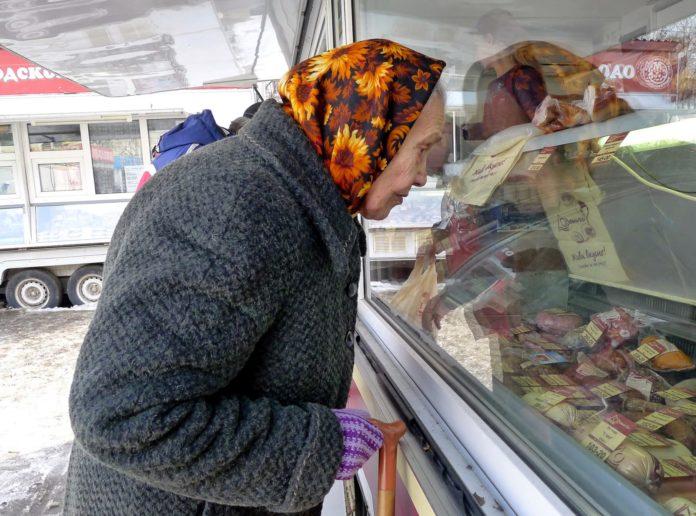 Пенсіонерка вивчає ціни