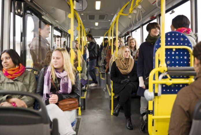 Пасажири в громадському транспорті