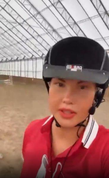 Камалия катается на лошадях