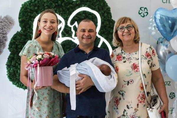 Виктор Павлик с тещей, женой и новорожденным сыном