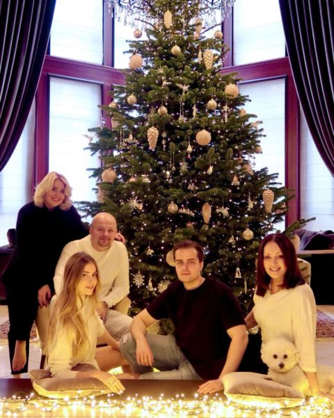 София Ротару с семьей в гостиной