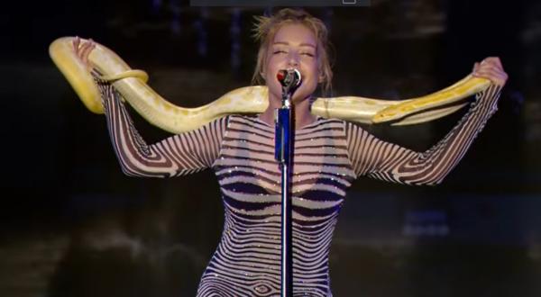 Тина Кароль спела с живым питоном
