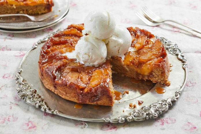 Перевернутый пирог с яблоками и сливами
