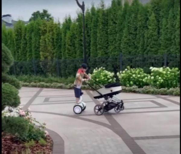 Альбина Джанабаева показала гонки 7-летнего сына с коляской