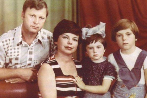 Маленька Наташа Корольова з сестрою і батьками