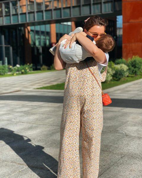 Дружина Петросяна з маленьким сином