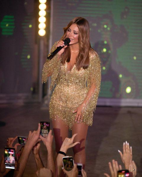 Ани Лорак в золотом платье на концерте в Одессе