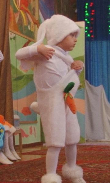 Мальчик в костюме зайчика