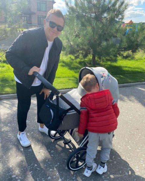 Юрий Горбунов с сыновьями на прогулке