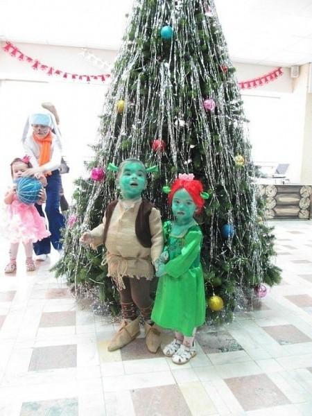 Дети в костюмах Шрека и Фионы
