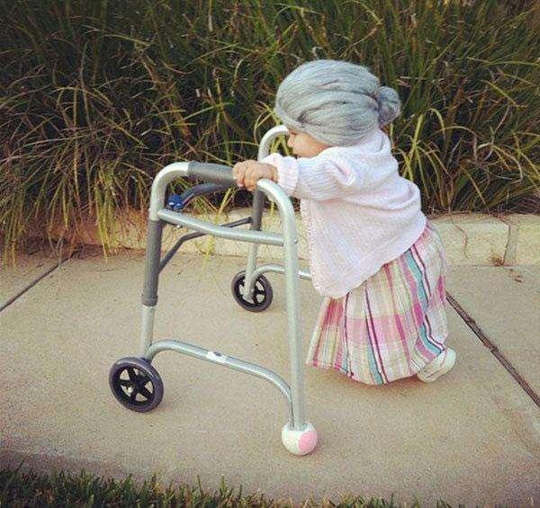 Девочка в костюме бабушки