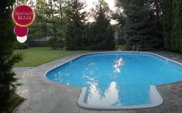 Як виглядає будинок Зіброва - басейн у дворі