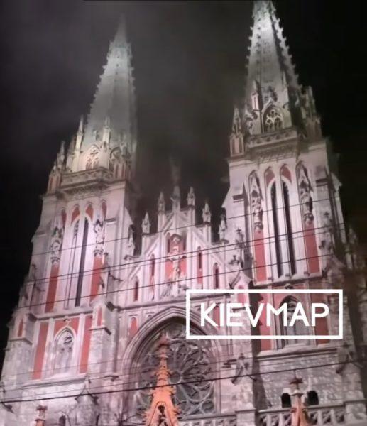 В Киеве горит костел Святого Николая