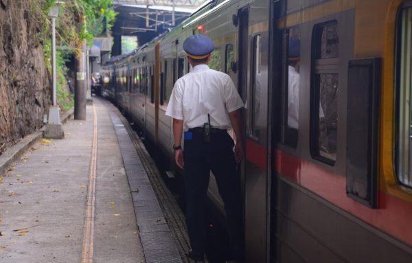 Проводники в поезде с билетами