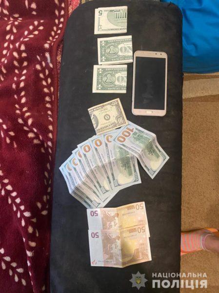 Полиция провела обыск в квартире у мошенников и вот что обнаружила