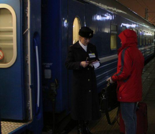 Проводники в поезде забирают билеты на ночь